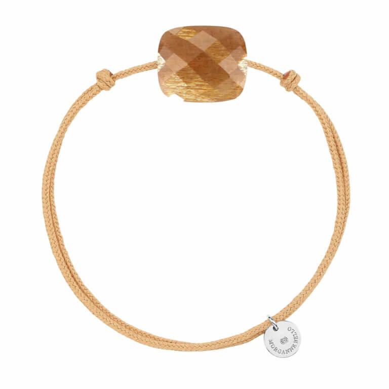 Morganne Bello - Friandise oversize bracelet cordon beige et coussin avec une pierre du soleil