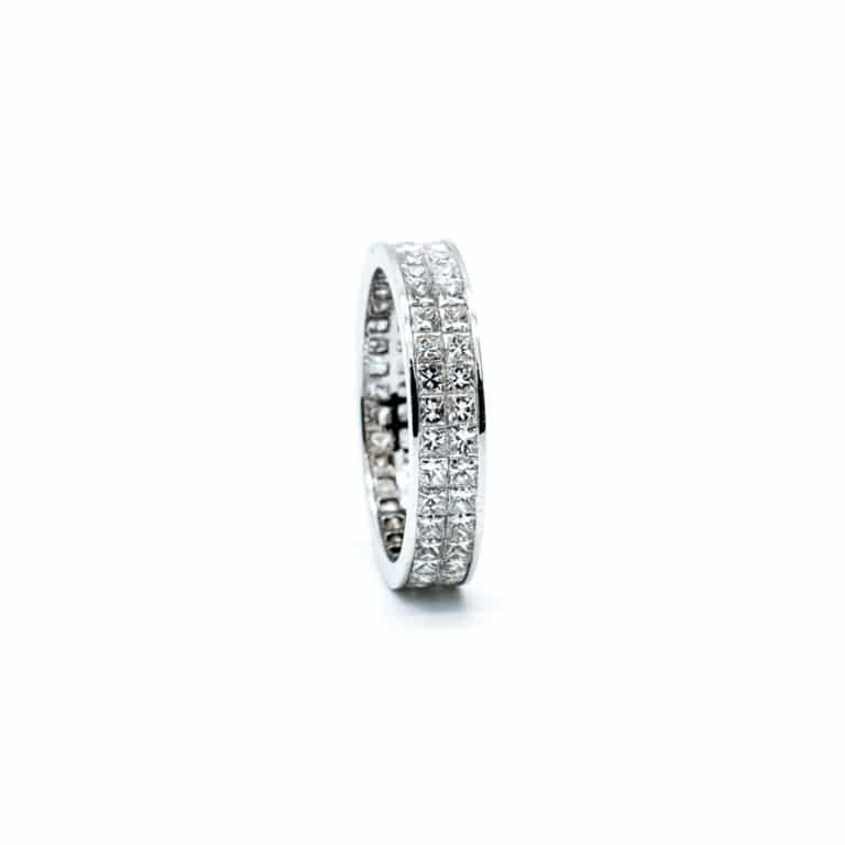 Alliance en or blanc 750, 2 rangs serti invisible de diamants taille princesse